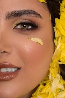 Modelo de moda em maquiagem smokey e batom marrom