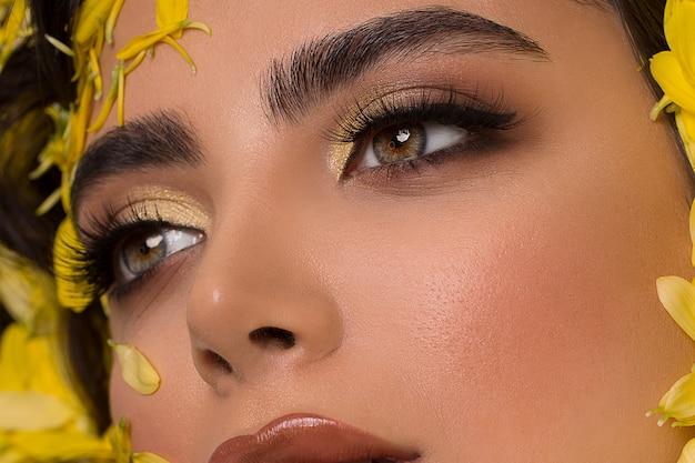 Modelo de moda em maquiagem smokey e olhos verdes