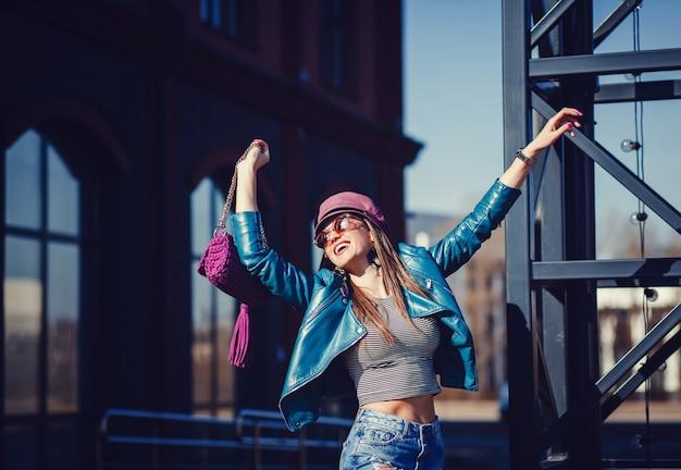 Modelo de moda em óculos de sol, jaqueta de couro