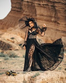 Modelo de moda em roupas de dança oriental preto rosa ao ar livre