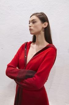 Modelo de moda em roupas de malha de designers