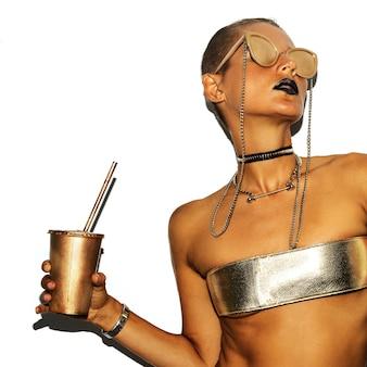 Modelo de moda estilo swag de luxo. festa de ouro