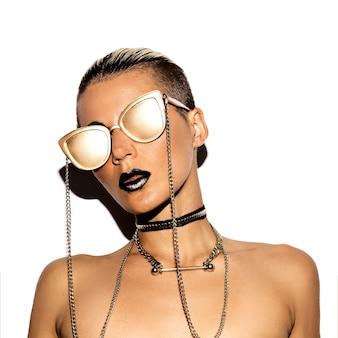 Modelo de moda estilo swag de luxo. gold party. óculos de ouro.