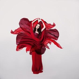 Modelo de moda feminina em vestido de seda flor vermelha