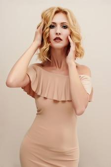 Modelo de moda glamourosa