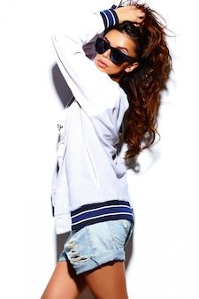Modelo de moda jovem mulher morena bonita sexy elegante de alta moda look.glamor em pano brilhante hipster de verão em óculos de sol