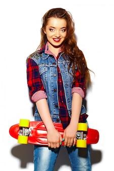 Modelo de moda jovem mulher morena bonita sexy elegante de look.glamor de alta moda em pano brilhante hipster de verão com skate
