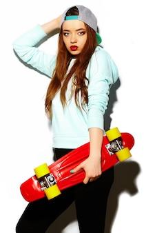 Modelo de moda jovem mulher morena bonita sexy elegante de look.glamor de alta moda em pano hippie brilhante de verão com skate