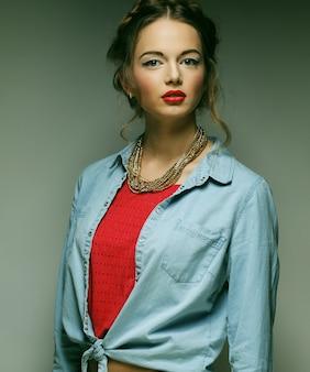 Modelo de moda jovem. tiro do estúdio.