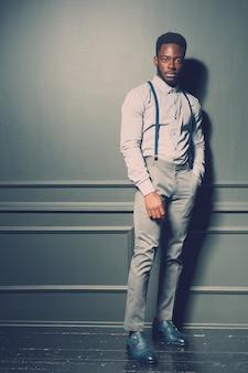 Modelo de moda masculina preta
