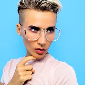 Modelo de moda moleca em óculos acessórios elegantes. tendências de óculos
