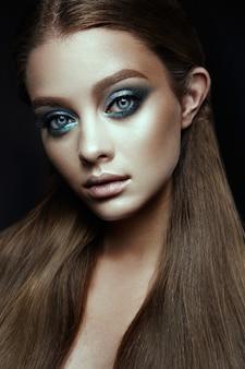 Modelo de moda mulher com fantasia de maquiagem. longos cabelos castanhos.
