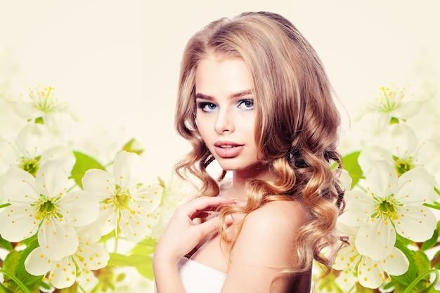 Modelo de moda mulher saudável em fundo de flores de primavera