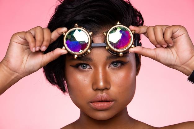 Modelo de moda mulher usar óculos caleidoscópio