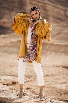 Modelo de moda no sobretudo amarelo na moda