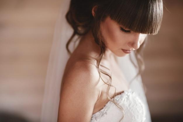 Modelo de moda perfeita mulher com maquiagem e penteado bonito. menina do casamento vestido de noiva de luxo.