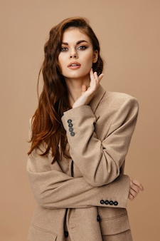 Modelo de mulher bonita com maquiagem de penteado de casaco