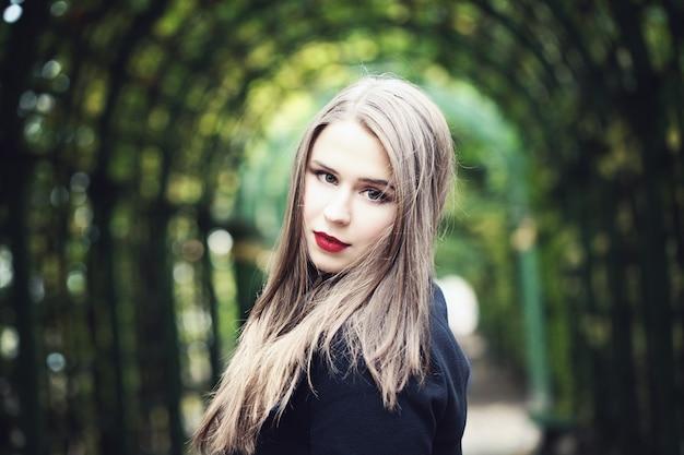 Modelo de mulher bonita em fundo de vegetação ao ar livre
