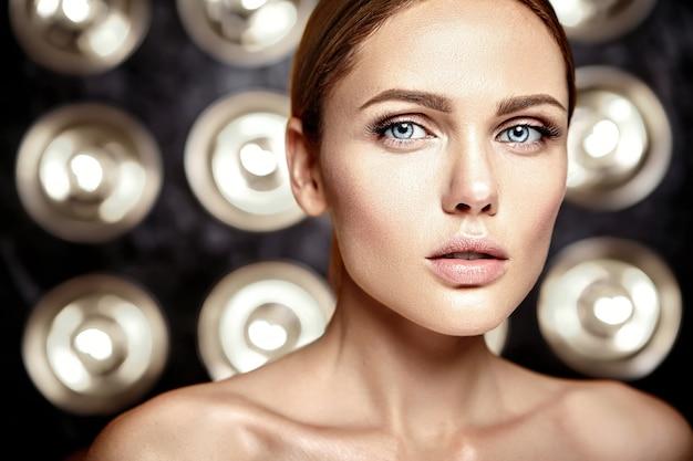 Modelo de mulher bonita glamour sensual com maquiagem diária fresca com cor de lábios nus e rosto de pele saudável limpa