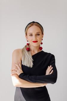 Modelo de mulher bonita posando em vestido elegante