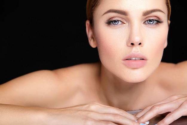 Modelo de mulher bonita sem maquiagem e rosto de pele limpa e saudável em preto