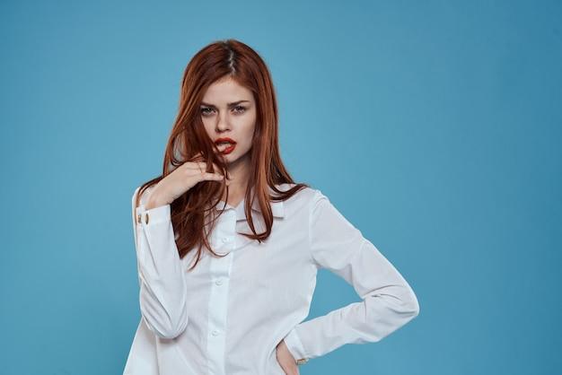 Modelo de mulher de jeans e uma camiseta branca posando em um espaço colorido