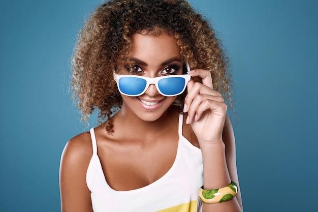 Modelo de mulher glamour swag hipster preto com cabelo encaracolado