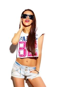 Modelo de mulher jovem e bonita elegante de look.glamor de alta moda com lábios vermelhos em pano hippie colorido brilhante de verão em óculos de sol