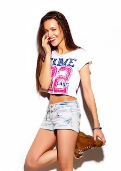 Modelo de mulher jovem e bonita elegante de look.glamor de alta moda com lábios vermelhos em pano hippie colorido brilhante de verão
