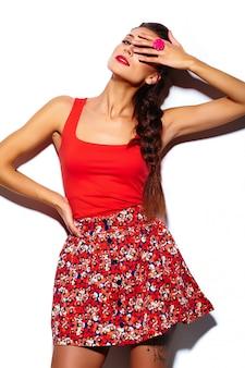 Modelo de mulher jovem e bonita elegante glamour com lábios vermelhos em pano hippie colorido brilhante de verão