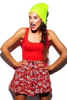 Modelo de mulher jovem e bonita elegante glamour com lábios vermelhos no pano hippie colorido brilhante de verão no gorro amarelo