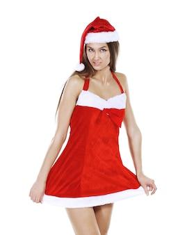 .modelo de mulher jovem e bonita em uma fantasia de natal, posando para a camera.isolated em branco.