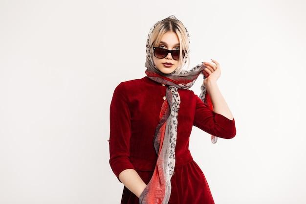 Modelo de mulher jovem e glamoroso endireita o xale de leopardo vintage.