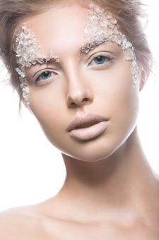 Modelo de mulher loira bonita com arte criativa suave maquiagem brilhante.