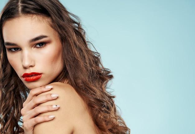 Modelo de mulher morena com lábios vermelhos sombra nas pálpebras