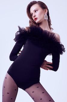 Modelo de mulher morena glamour no corpo preto com fatin isolado