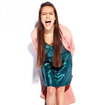 Modelo de mulher morena gritando hipster linda no casaco rosa elegante