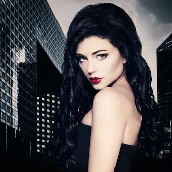 Modelo de mulher morena perfeita na cidade à noite
