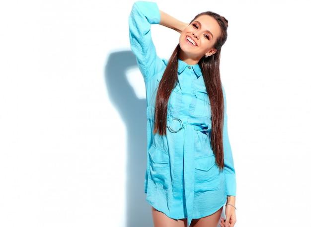 Modelo de mulher morena sorridente caucasiano bonito no vestido elegante de verão azul brilhante, isolado no fundo branco