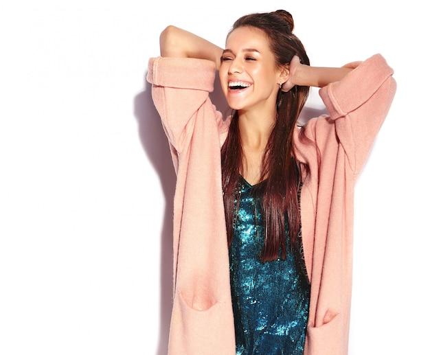 Modelo de mulher morena sorridente hipster bonita elegante casaco rosa