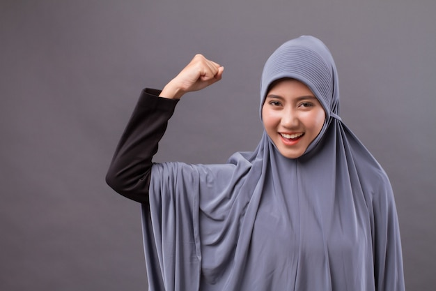 Modelo de mulher muçulmana forte, vitoriosa e bem-sucedida com hijab ou lenço na cabeça