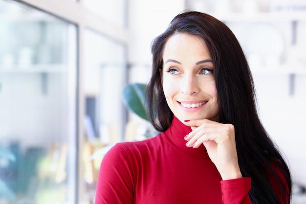Modelo de mulher posando na frente da janela