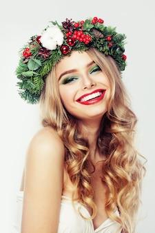 Modelo de mulher rindo com cabelo loiro e maquiagem