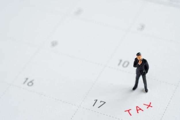 Modelo de negócio de miniture no calendário. conceitos de gerenciamento de imposto.