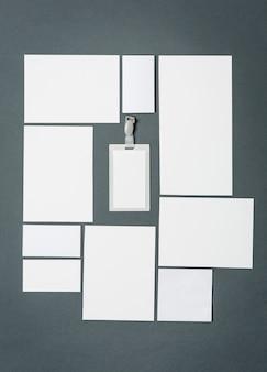 Modelo de negócios com cartões, papéis, caneta.