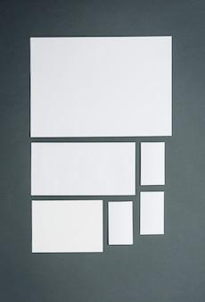 Modelo de negócios com cartões, papéis. espaço cinza.