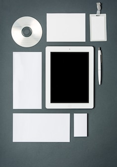Modelo de negócios com cartões, papéis, tablet.