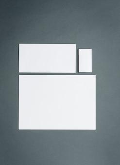 Modelo de negócios com cartões, papéis.