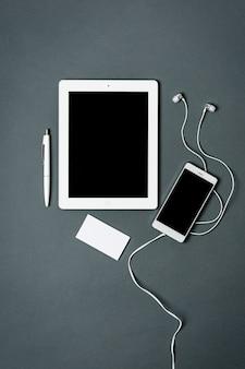 Modelo de negócios com telefone, tablet. espaço cinza.