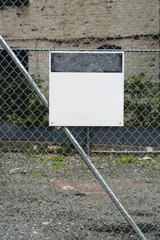 Modelo de outdoor na cerca de metal